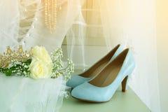 Piękna biała ślubna suknia i przesłona na krześle obraz stock