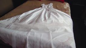 Piękna biała ślubna suknia panna młoda kłama na ogromnym łóżku zdjęcie wideo