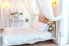 Piękna biała jaskrawa czysta wewnętrzna sypialnia w luksusowym baroku stylu Fotografia Royalty Free