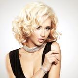 Piękna biała kobieta z kędzierzawą fryzurą obraz royalty free
