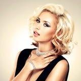Piękna biała kobieta z kędzierzawą fryzurą Zdjęcia Stock