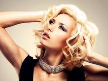 Piękna biała kobieta z kędzierzawą fryzurą Obrazy Stock
