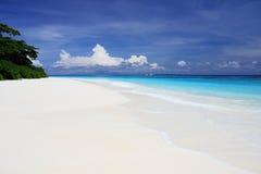 Piękna biała piasek plaża, niebieskie niebo i Zdjęcie Royalty Free