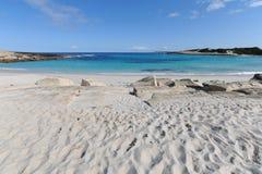 Piękna biała piaskowata plaża, błękitny morze i niebieskie niebo, obrazy royalty free