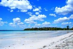 Piękna biała wyspy plaża i błękitny chmurny niebo zdjęcie stock