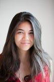 Piękna biracial nastoletnia dziewczyna ono uśmiecha się przy kamerą Obraz Royalty Free