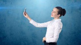 Piękna biurowa kobieta ono uśmiecha się przy telefonem strzela selfie w biel spódnicie pojęcia prowadzenia domu posiadanie klucza Fotografia Royalty Free