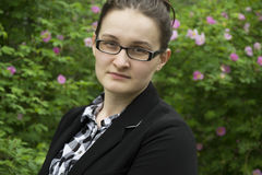 Piękna biurowa kobieta w szkło portrecie Biurowa kobieta na przepływie Fotografia Stock