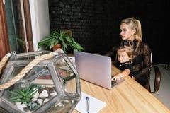 Piękna biznes matka z jej małą dziewczynką Zdjęcia Stock