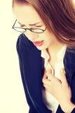 Piękna biznesowa kobieta dotyka jej klatkę piersiową zdjęcie stock