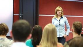 Piękna biznesowa kobieta jest mówi na konferenci zdjęcie wideo