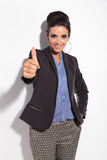 Piękna biznesowa kobieta ono uśmiecha się podczas gdy pokazywać aprobatę Fotografia Royalty Free