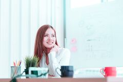 Piękna biznesowa kobieta pije ranek filiżanki kawę obraz stock