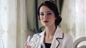 Piękna biznesowa kobieta przy restauracją Portret, ładna dama w biznesowym lunchu zbiory wideo