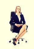 Piękna biznesowa kobieta siedzi na krześle obrazy royalty free
