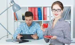 Piękna biznesowa kobieta trzyma filiżankę coffe Zdjęcia Royalty Free