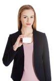 Piękna biznesowa kobieta trzyma małą ogłoszenie towarzyskie kartę. obraz stock
