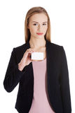 Piękna biznesowa kobieta trzyma małą pustą ogłoszenie towarzyskie kartę. zdjęcie royalty free