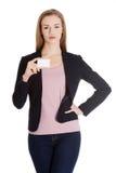 Piękna biznesowa kobieta trzyma małą pustą ogłoszenie towarzyskie kartę. obraz stock