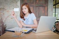 Piękna biznesowa kobieta używa laptop, pokazuje bla Fotografia Royalty Free