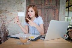 Piękna biznesowa kobieta używa laptop, pokazuje bla Zdjęcie Royalty Free