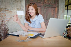 Piękna biznesowa kobieta używa laptop, pokazuje bla Zdjęcia Stock