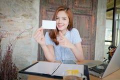 Piękna biznesowa kobieta używa laptop, pokazuje bla Obrazy Stock