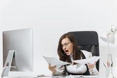 Piękna biznesowa kobieta w kostiumu i szkieł działaniu przy komputerem z dokumentami w lekkim biurze Zdjęcia Stock