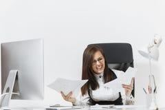 Piękna biznesowa kobieta w kostiumu i szkieł działaniu przy komputerem z dokumentami w lekkim biurze Obraz Royalty Free