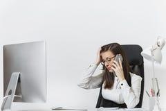 Piękna biznesowa kobieta w kostiumu i szkieł działaniu przy komputerem z dokumentami w lekkim biurze Zdjęcie Royalty Free