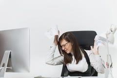 Piękna biznesowa kobieta w kostiumu i szkieł działaniu przy komputerem z dokumentami w lekkim biurze Fotografia Royalty Free