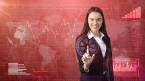 Piękna biznesowa kobieta w kostiumu pcha niewidzialnego guzika, biznesowy pojęcia tło Zdjęcia Royalty Free