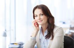 Piękna biznesowa kobieta z laptopem obrazy royalty free