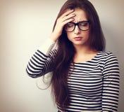 Piękna biznesowa kobieta z migreny mienia głową ręka dowcip Fotografia Stock