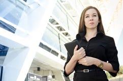 piękna bizneswoman pozycja przeciw tłu budynek Zdjęcia Stock
