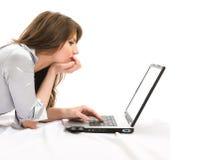 piękna bizneswomanu działanie laptopa Zdjęcie Royalty Free