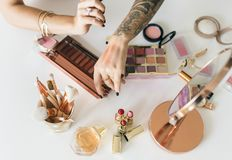 Piękna blogger inscenizowania makeup tutorial obrazy royalty free
