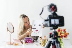 Piękna blogger makeup recoding tutorial obraz royalty free