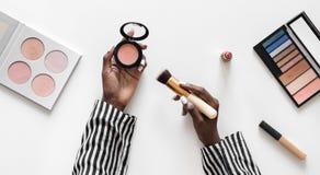 Piękna blogger probierczy kosmetyki kłaść mieszkanie fotografia royalty free