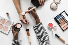 Piękna blogger probierczy kosmetyki & makeup obraz stock