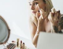 Piękna blogger robi makeup tutorial zdjęcie stock
