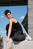 piękna blokowa brunetka siedzi kamień Obrazy Stock