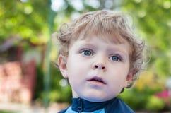 Piękna blond berbeć chłopiec na balkonie zdjęcia stock