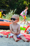 Piękna blond chłopiec na plaży Fotografia Royalty Free