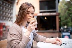 Piękna blond dziewczyna z filiżanka kawy obrazy stock