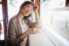 Piękna blond dziewczyna z filiżanka kawy fotografia stock