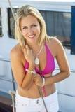 Piękna Blond dziewczyny młoda kobieta na łodzi w bikini Obraz Royalty Free