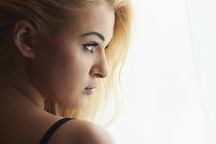 Piękna Blond kobieta Patrzeje w ranku okno. Słodka dziewczyna w bieliźnie Fotografia Stock
