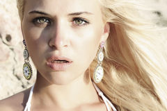 Piękna blond kobieta. strach lub niespodzianka zdjęcia stock