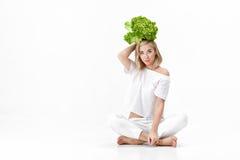 Piękna blond kobieta trzyma świeżej zielonej sałatki na białym tle w białej bluzce diet zdrowie Obrazy Stock